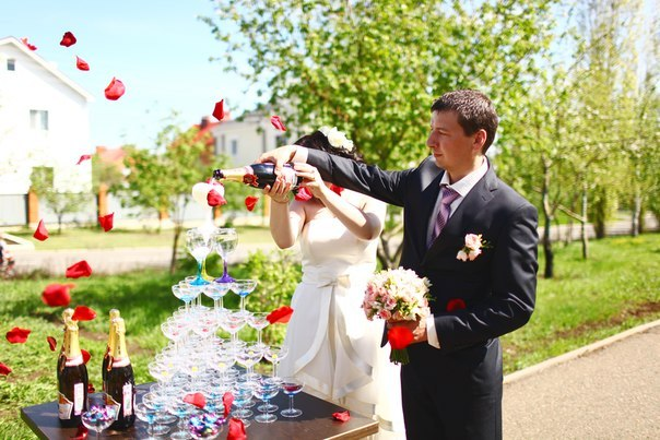 Пирамида из шампанского на свадьбу в шатре