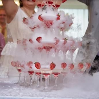 Пирамида из шампанского на серебряную свадьбу
